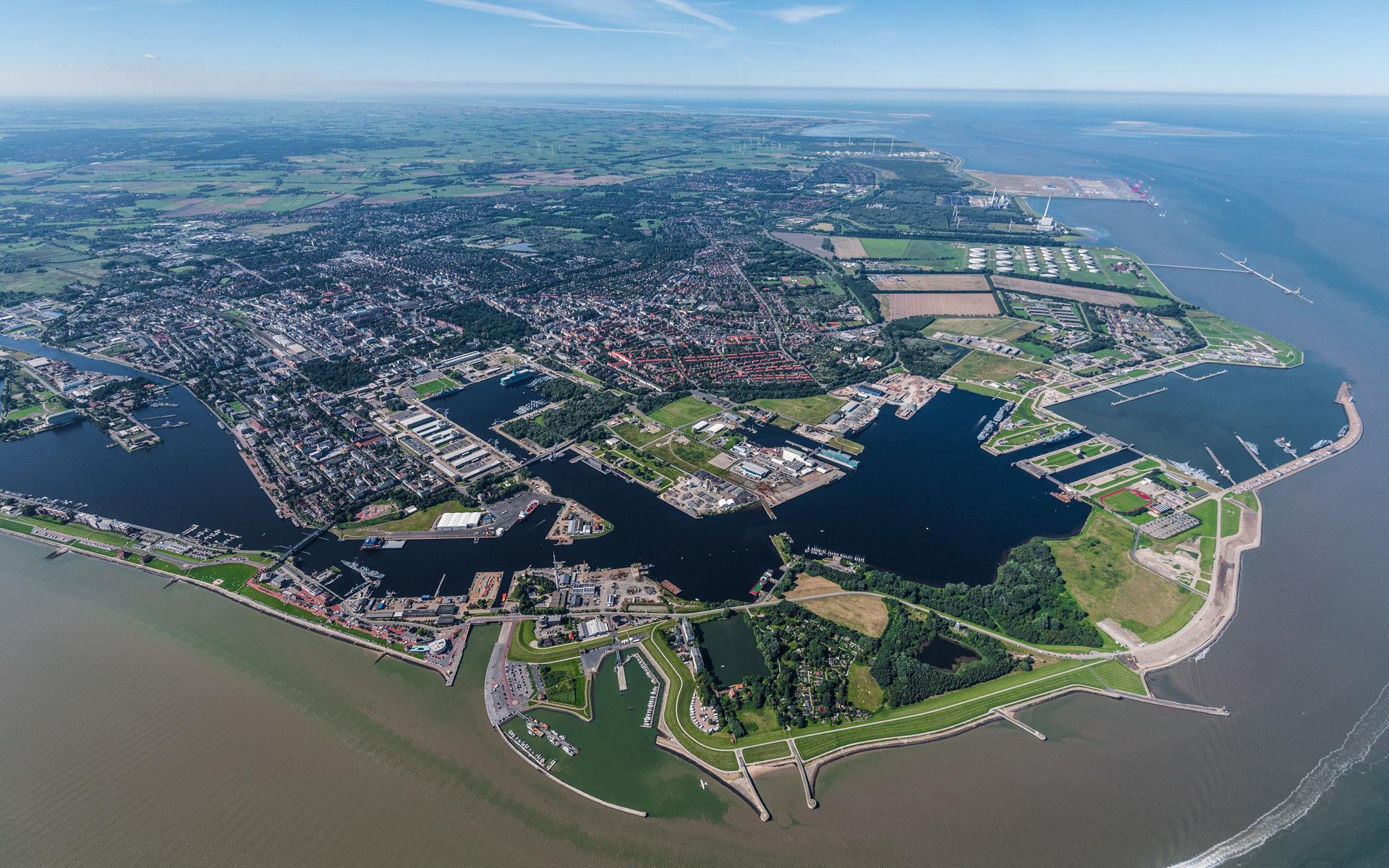 Wilhelmshaven aus der Luft vom Wattenmeer fotografiert
